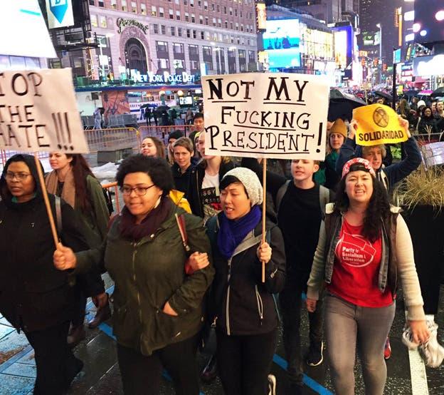 Miles de personas protestan por la elección de Trump en principales ciudades