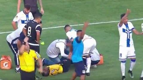 Recorre el mundo la imagen de la espeluznante fractura de árbitro