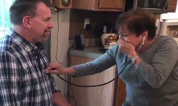 Así reacciona una madre al escuchar el corazón de su