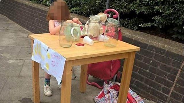 Multan a niñita de 5 años por vender limonada