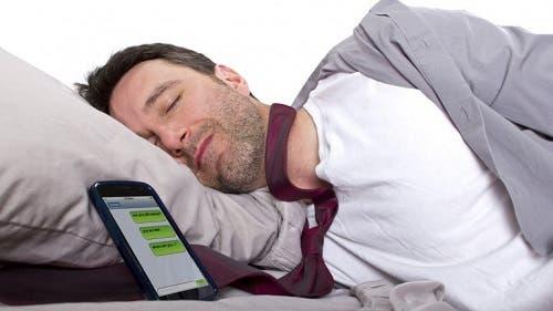 ¿Por qué es peligroso dormir con el celular al lado?