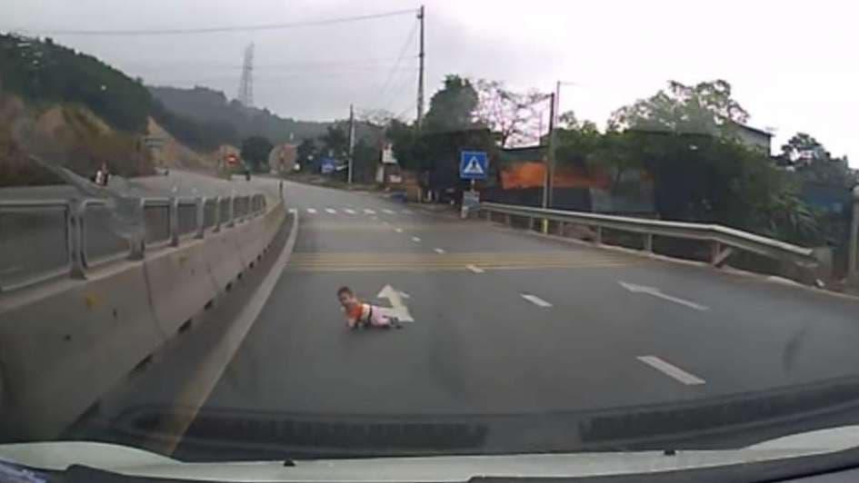 Conductores salvan la vida de un bebé que gateaba sobre una carretera