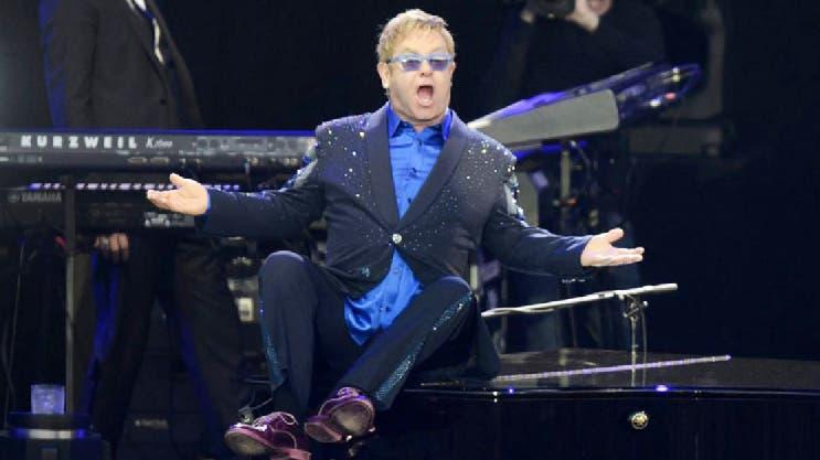 Fans vuelven a incomodar a Elton John