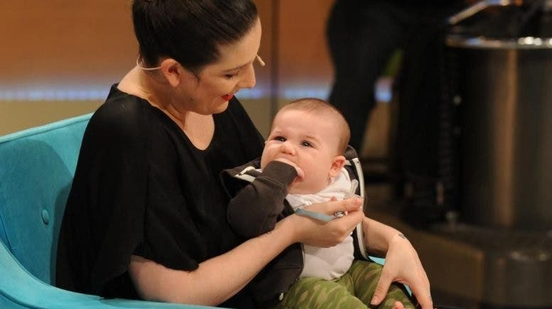 Juana Repetto amamantando a su hijo mientras hace ejercicios