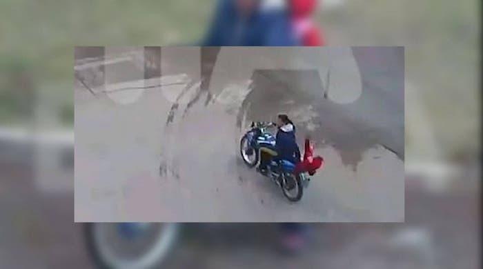 Una niña cayó sin casco de una moto que manejaba su mamá