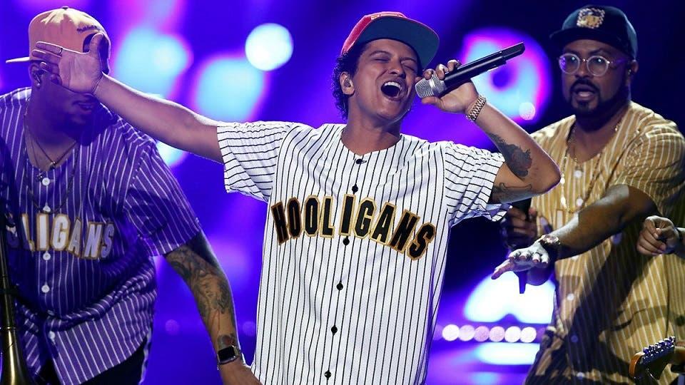 Bruno Mars suspende concierto por culpa de un incendio en el escenario