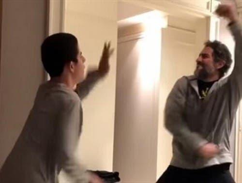[VIDEO] Emotivo video de padre bailando con su hijo con autismo