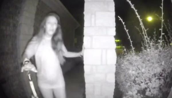 El misterio de la mujer semidesnuda que timbra en casas de Texas