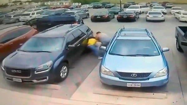 Mujer es brutalmente golpeada; en pelea por un lugar de estacionamiento