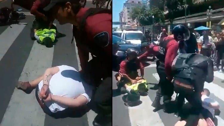 La increíble reacción de un peatón ante la detención de dos motochorros