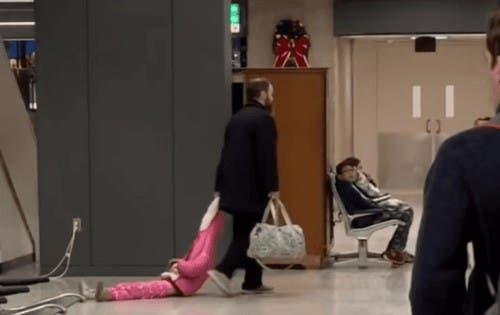 Papá arrastra a su hija en el aeropuerto y se hizo viral