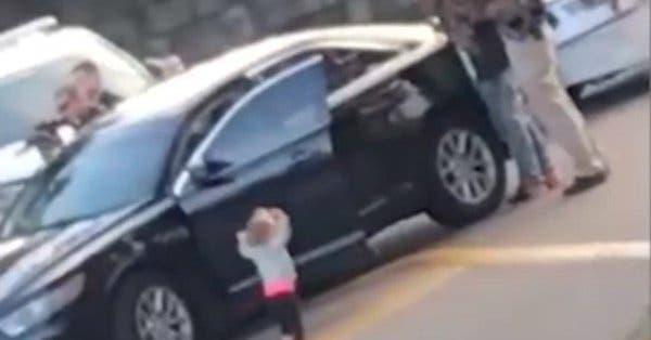 Bebé se entrega a la policía con las manos arriba