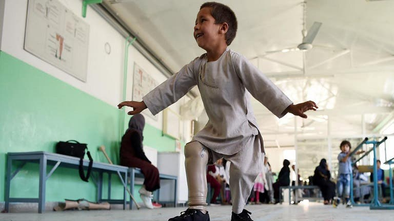 Niño de Afganistán bailó al recibir su prótesis de pierna