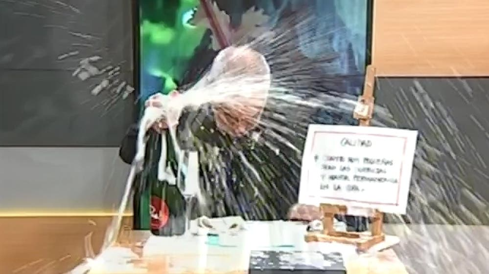 Enseñaba en televisión cómo abrir un champán y termina protagonizando vergonzosa escena