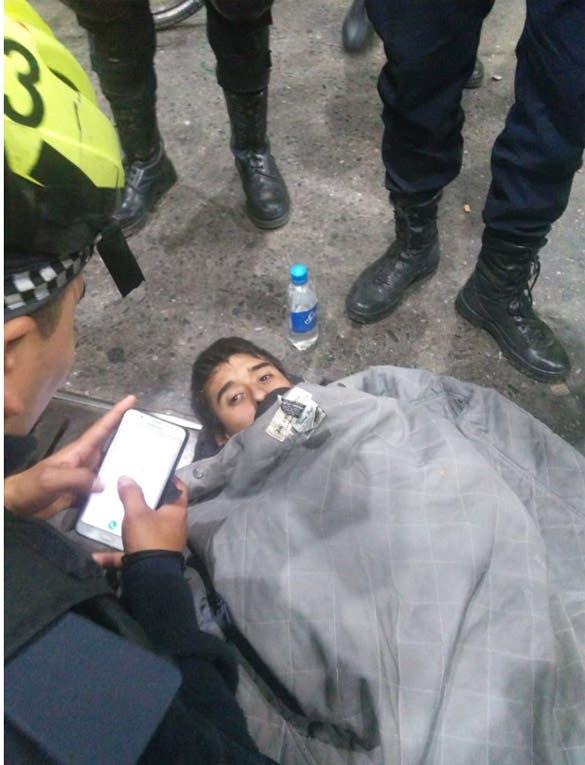Un joven quedó atrapado adentro de una alcantarilla: fue rescatado por la policía y dio una curiosa explicación 1