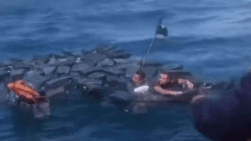 Sujetos son rescatados y detenidos mientras flotaban con paquetes de cocaína