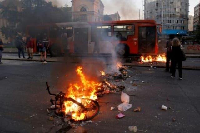 Prendieron fuego un edificio en Santiago de Chile