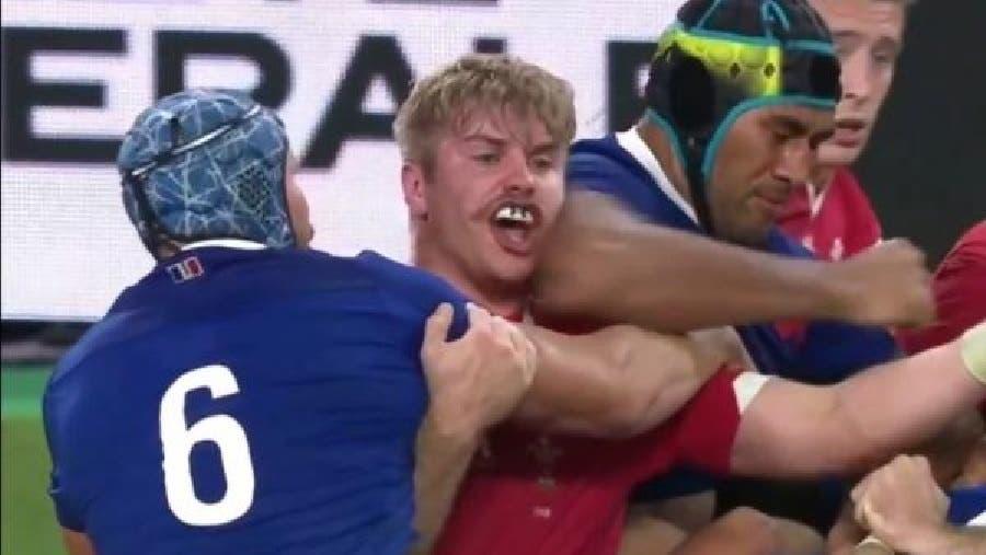 El tremendo codazo que le costó el partido a Francia