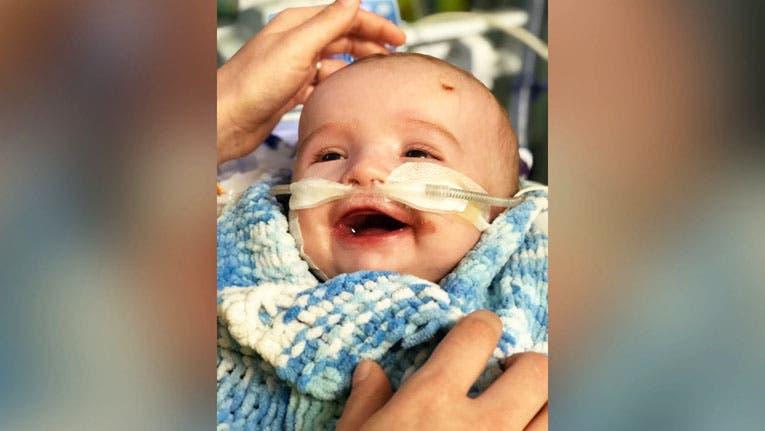 Bebé despierta de coma, con un tierno gesto