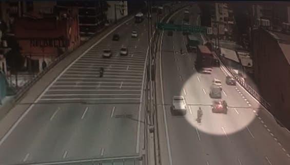 Famosa periodista chocó a un motociclista en una autopista