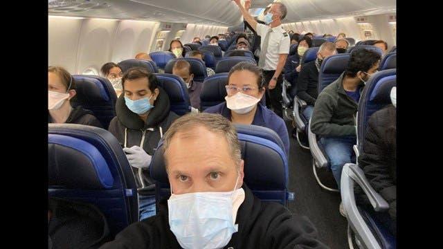 Médico de coronavirus denuncia que regresó a casa en vuelo repleto