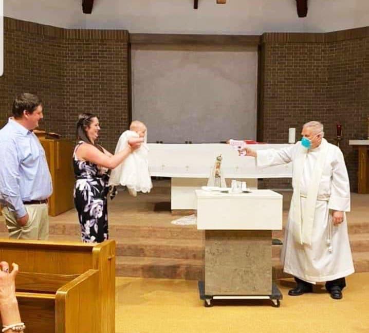 Sacerdote con pistola de agua: bautismo en tiempos de Covid-19