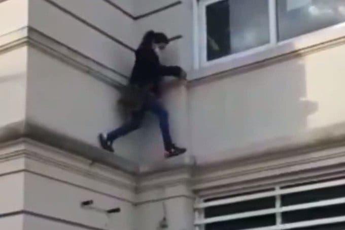 Una mujer se trepó para poder ver a una persona aislada