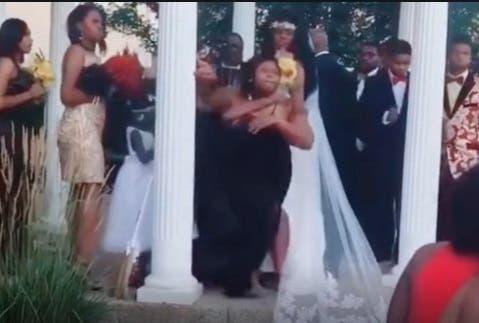Viral: Mujer interrumpe boda y revela 'sorpresa' al novio (vídeo)