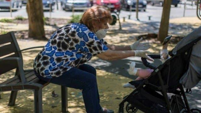 Abuelita cobra como niñera por cuidar a su nieto