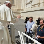 Francisco recibió el regalo menos pensado en la plaza San Pedro