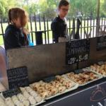 Negocio jugoso: tucumanos venden empanadas en pleno LONDRES