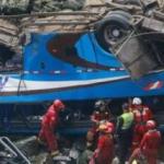 48 personas mueren al caer un autobús por un barranco en la costa de Perú