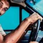 Le prohibieron sacar el carnet de conducir porque mide 2,30 metros y no entra en el auto