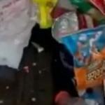 Movió la cama de su hijo adolescente para limpiar y lo que había la horrorizó