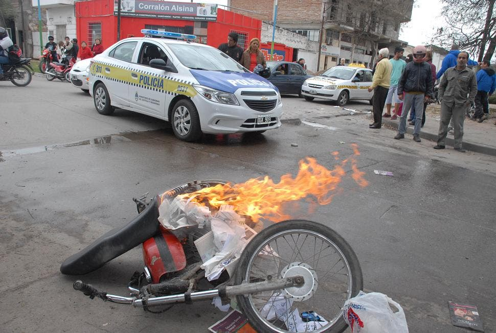 cjs News: Vecinos cazaron a un chorro y le quemaron la moto