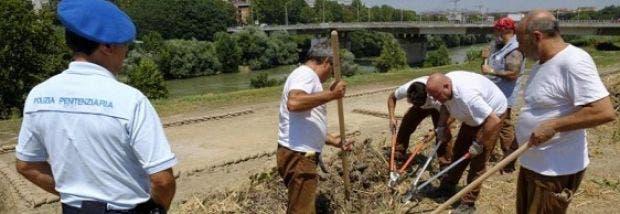 En Italia ponen a los presos a asfaltar rutas y limpiar las calles